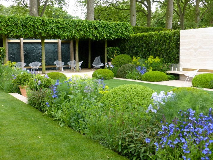 jardín minimalista en casa prefabricada